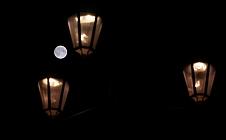 Volle maan met straatlantaarns Markt Delft