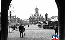 Dubbel Delft - Markt, gezien vanuit het portaal van de Nieuwe Kerk.
